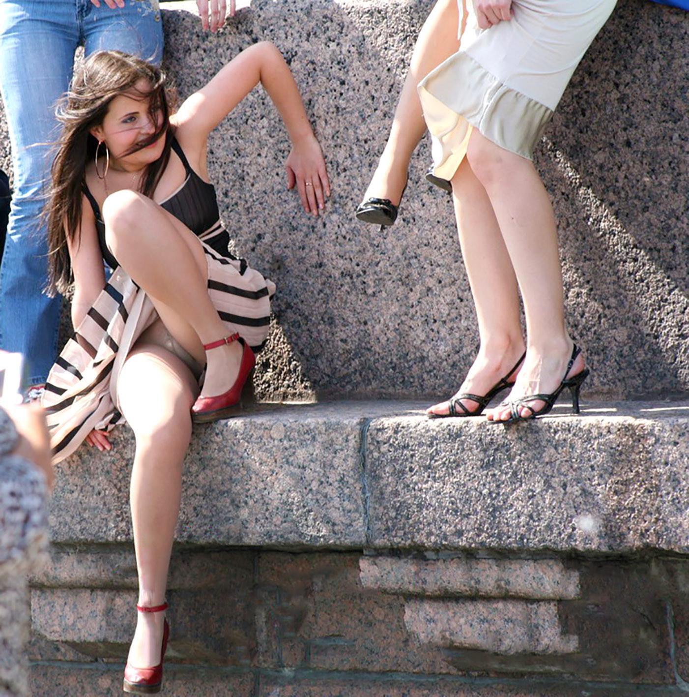 ラッキースケベw町で見かけた外国人がスカート捲れてパンティー丸出しとか草!!!!!!! 42