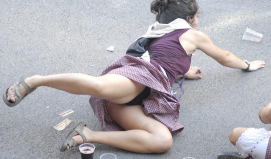 ラッキースケベw町で見かけた外国人がスカート捲れてパンティー丸出しとか草!!!!!!! 43