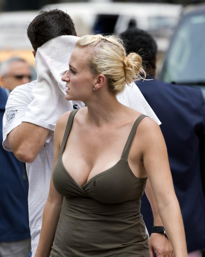 【巨乳外国人町撮り】マダムの美熟女オッパイを狙って撮影したポルノエロ画wwwwww 46 7