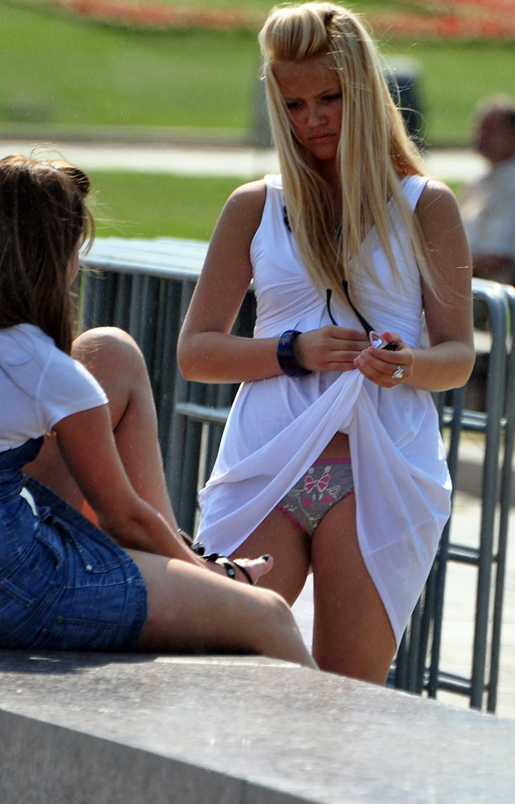 ラッキースケベw町で見かけた外国人がスカート捲れてパンティー丸出しとか草!!!!!!! 5 8