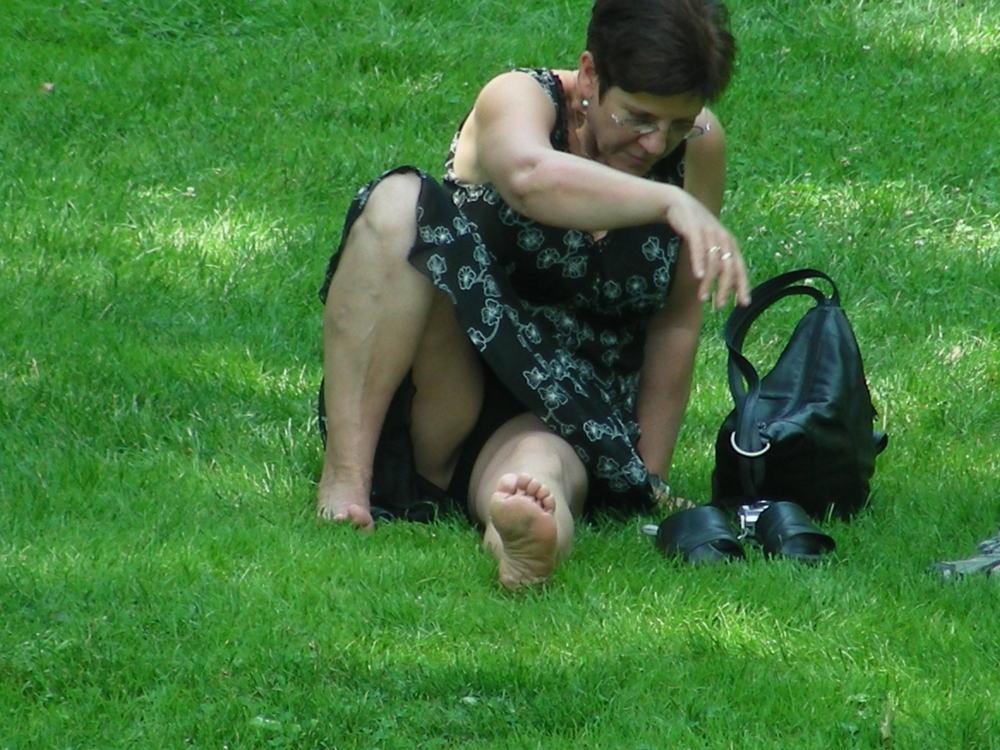 人妻熟女のパンチラ盗撮wwwエロい格好で下着見せちゃう外国人ポルノエロ画像wwww 5 97