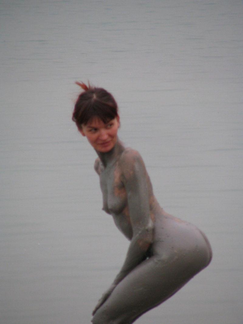 ぽるのエロ画像!!泥まみれでヌード撮影とかどうかしているぜw世界の素人外国人が海でおふざけwwwww 6 149