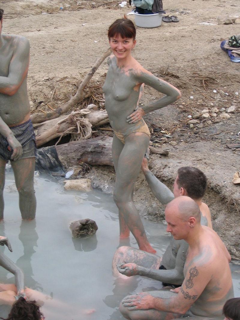 ぽるのエロ画像!!泥まみれでヌード撮影とかどうかしているぜw世界の素人外国人が海でおふざけwwwww 7 149
