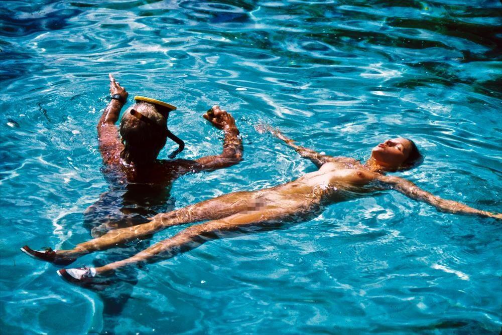 【海で浮かぶ外人エロ画像】まさにビューティフルな外国人がアート的な感じが最高wwwwwwwww 7 29