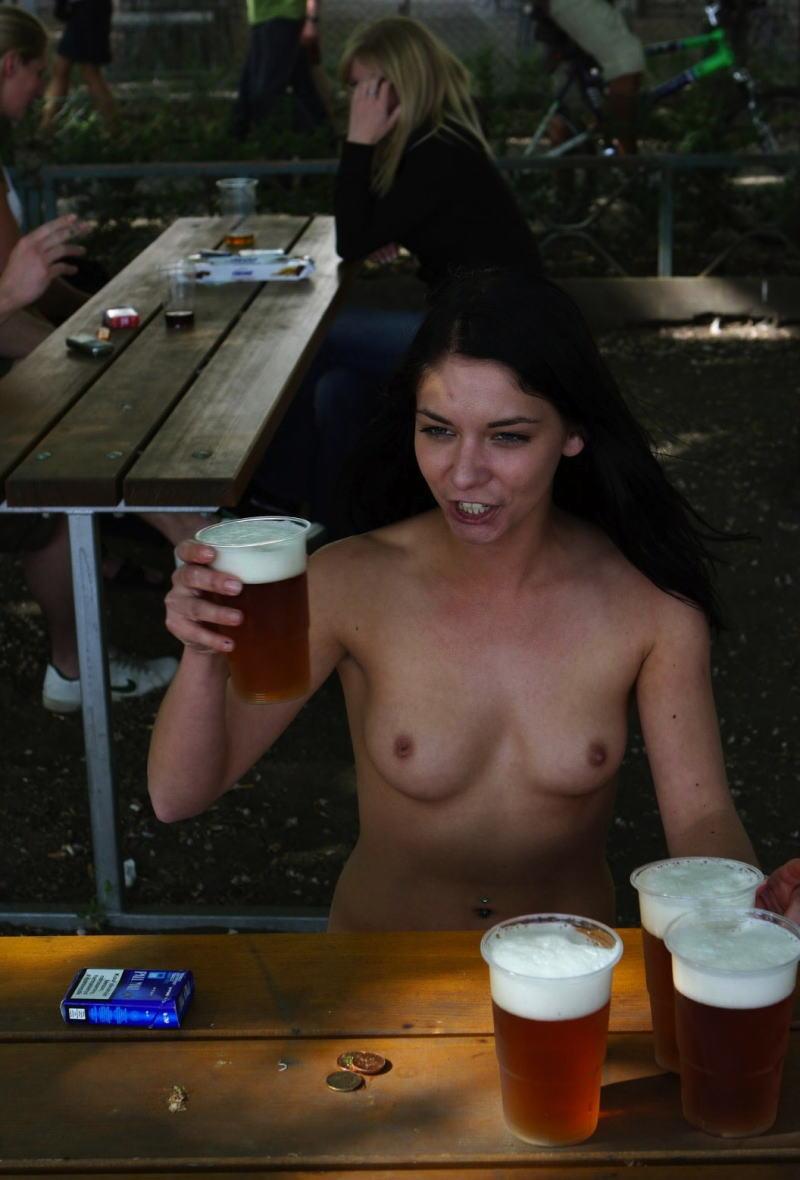 これヤバwwwーーー❖ヌード姿でビールを飲む外国人ポルノエロ画像www 7 94