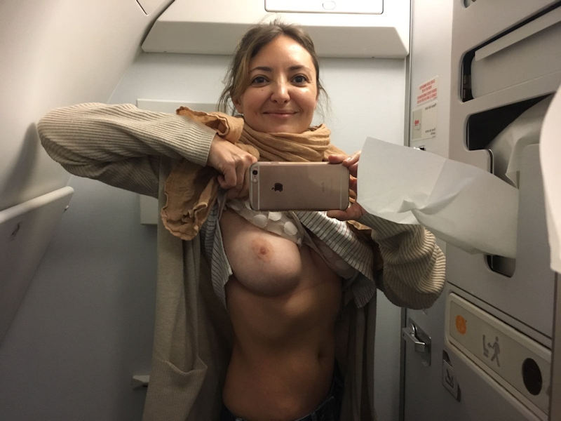 外国人エロ画像w空飛ぶ飛行機の中でおふざけしちゃう素人美少女がヤバいポルノ!!!!!! 1 135
