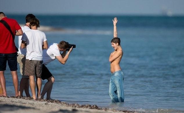 がいこくじんエロ画像!!上半身裸でジーパン履いてるSSS級美少女が美乳乳首フル勃起見せちゃうぞ~~~ 10 24