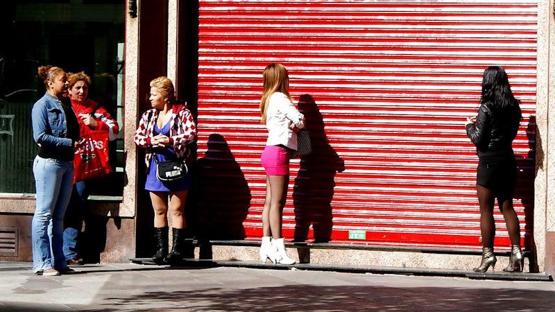 これが世界の売春だ!!立ちんぼが車の男に声をかけて体を売るワンシーンぽるのエロ画像www 11 18