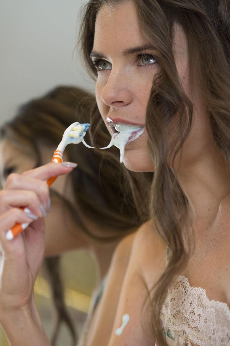 ガイコクジンエロ画像w歯ブラシごしごし磨いちゃう全裸ヌード美少女がヤバいポルノwwwww 14 88