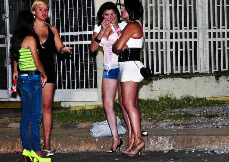 これが世界の売春だ!!立ちんぼが車の男に声をかけて体を売るワンシーンぽるのエロ画像www 15 18