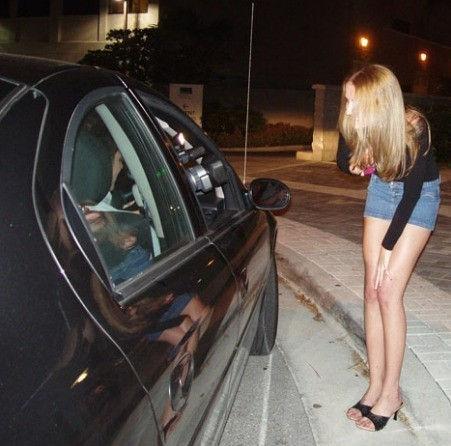 これが世界の売春だ!!立ちんぼが車の男に声をかけて体を売るワンシーンぽるのエロ画像www 20 17