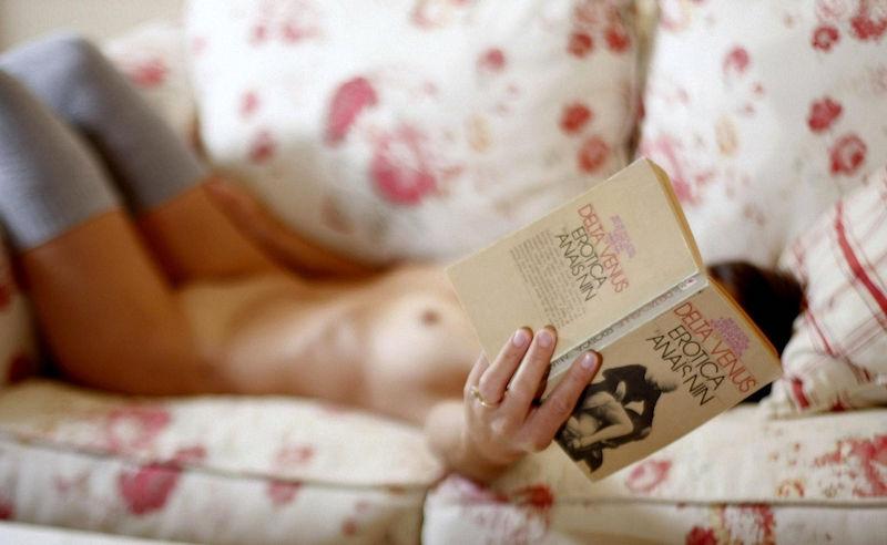 外国人ポルノエロ画像!!裸体見せながら読書する美女がフェロモン出しまくりでさいこっちょ~wwww 26 11