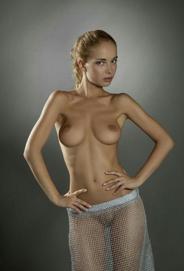 ガイジンエロ画像w全裸ヌードスーカートのみでオマンコ●見せwおふざけしちゃう外人ポルノwwwwww 26 92