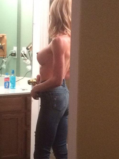 がいこくじんエロ画像!!上半身裸でジーパン履いてるSSS級美少女が美乳乳首フル勃起見せちゃうぞ~~~ 32 22