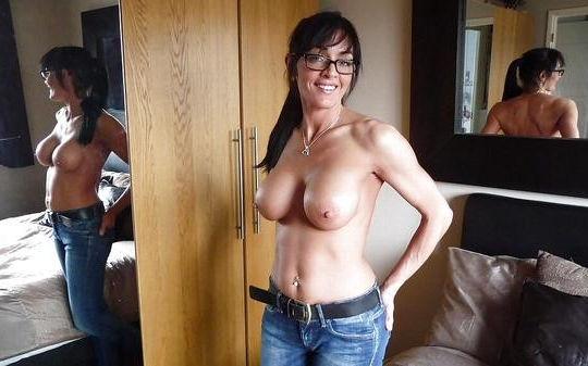 がいこくじんエロ画像!!上半身裸でジーパン履いてるSSS級美少女が美乳乳首フル勃起見せちゃうぞ~~~ 33 20