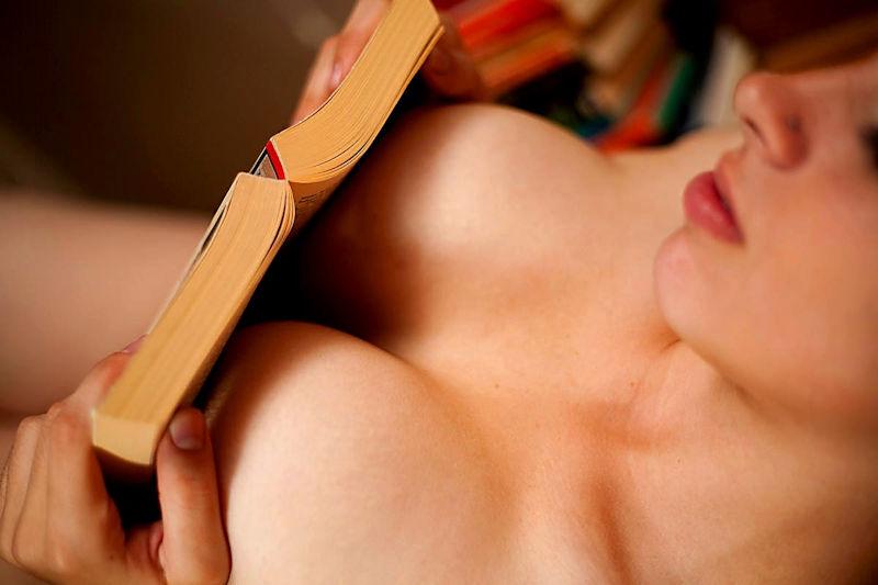 外国人ポルノエロ画像!!裸体見せながら読書する美女がフェロモン出しまくりでさいこっちょ~wwww 35 11