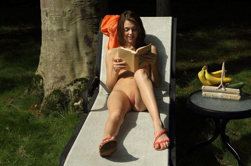 外国人ポルノエロ画像!!裸体見せながら読書する美女がフェロモン出しまくりでさいこっちょ~wwww 42 7