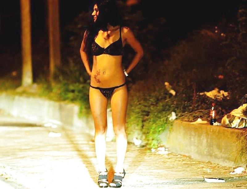 これが世界の売春だ!!立ちんぼが車の男に声をかけて体を売るワンシーンぽるのエロ画像www 50 3