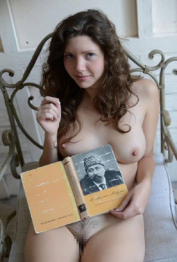 外国人ポルノエロ画像!!裸体見せながら読書する美女がフェロモン出しまくりでさいこっちょ~wwww 53 2