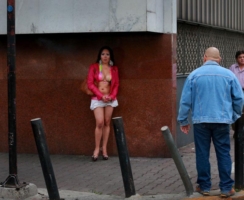 これが世界の売春だ!!立ちんぼが車の男に声をかけて体を売るワンシーンぽるのエロ画像www 57 2
