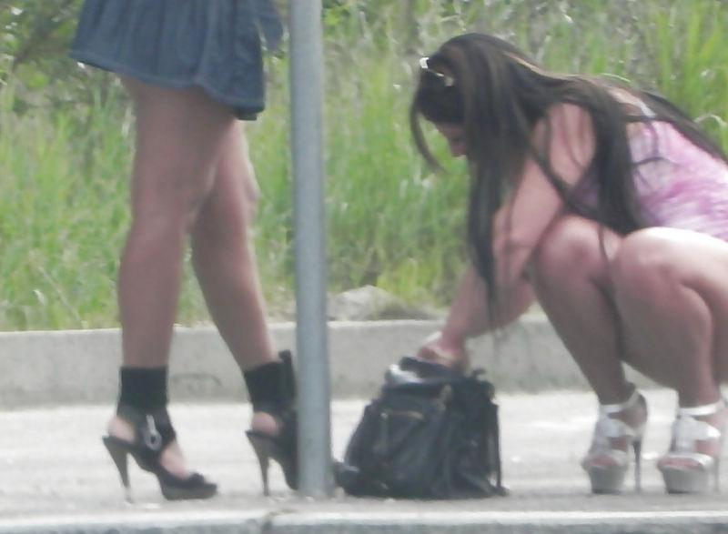これが世界の売春だ!!立ちんぼが車の男に声をかけて体を売るワンシーンぽるのエロ画像www 9 18