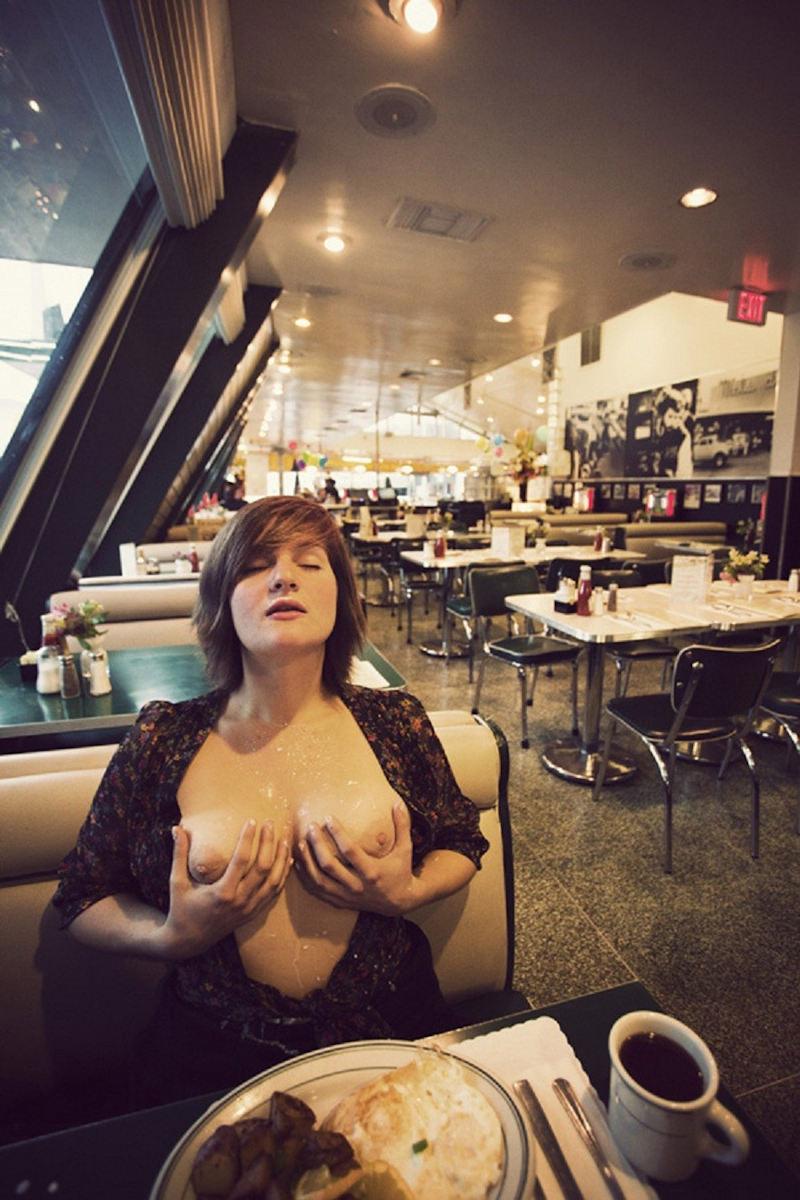 お店でおふざけwオッパイ丸出し露出狂だろwwwポルノエロ画像wwwwww 11 109