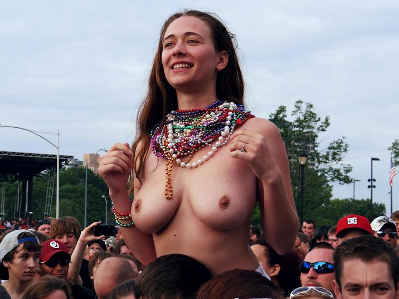 乳首丸出しwww素人美女外国がおふざけで大勢の前でオッパイ丸出ししたったwwwwwwwwwww 11 130