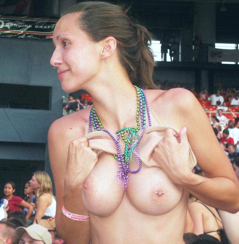 乳首丸出しwww素人美女外国がおふざけで大勢の前でオッパイ丸出ししたったwwwwwwwwwww 14 131