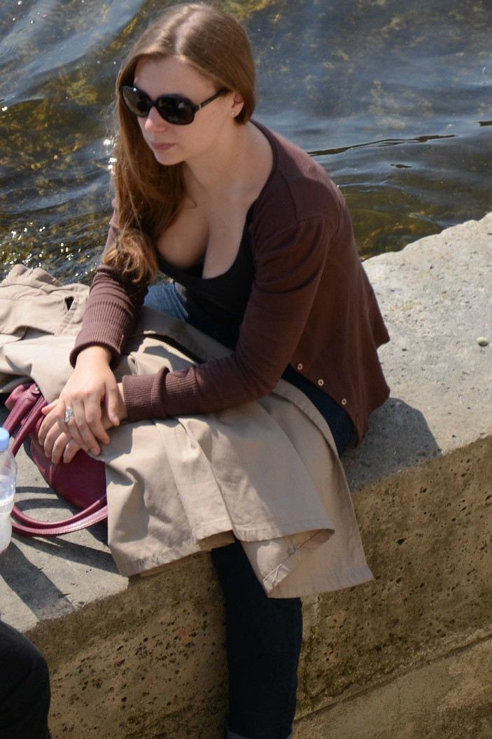 外人エロ画像w素人美女が胸チラwwwオッパイが綺麗でマジで最高やんwwwwwwwww 19 30