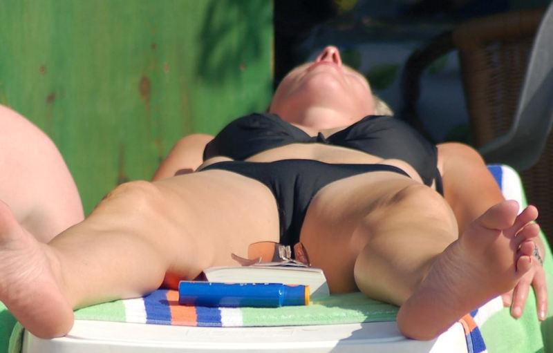 外人エロ画像!黒い水着姿で男を魅了するプロポーション最高の美女ポルノwwwwwww 22 54