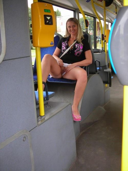超ヤバすぎるwwwバスの中でとってもいやらしこと楽しんじゃう素人美女外国ポルノエロ画像wwwwww 23 128