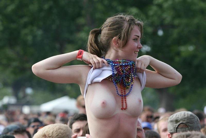 乳首丸出しwww素人美女外国がおふざけで大勢の前でオッパイ丸出ししたったwwwwwwwwwww 35 137