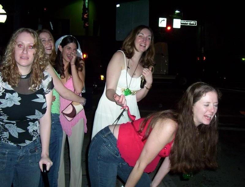 素人美女外国がおふざけパンティーひっぱて食い込ませちゃうポルノエロ画像wwwwww 47 111