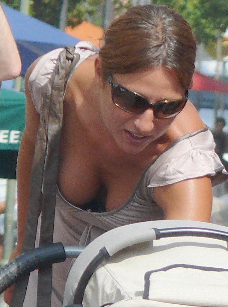外人エロ画像w素人美女が胸チラwwwオッパイが綺麗でマジで最高やんwwwwwwwww 5 27