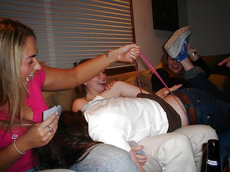 素人美女外国がおふざけパンティーひっぱて食い込ませちゃうポルノエロ画像wwwwww 52 92