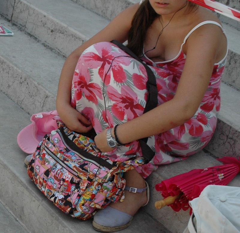 外人エロ画像w素人美女が胸チラwwwオッパイが綺麗でマジで最高やんwwwwwwwww 53 33