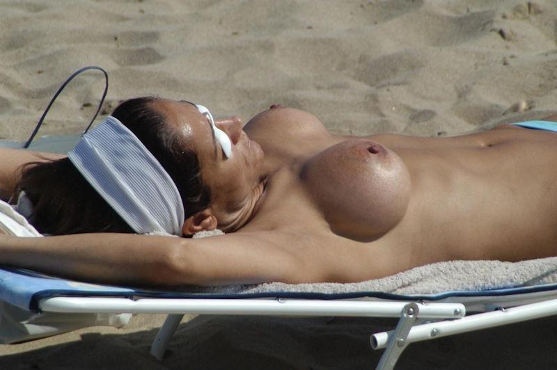 ポルノエロ画像wヌーディストビーチでおっぱい丸出しw爆乳美女が見せる!見せる!!!見せつけるぞ!!!!!!! 60 38