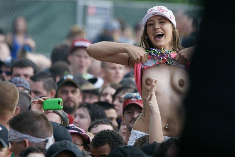 乳首丸出しwww素人美女外国がおふざけで大勢の前でオッパイ丸出ししたったwwwwwwwwwww 60 72