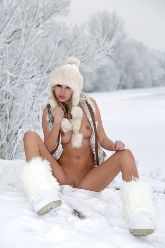 これヤバいだろ!!雪の中で全裸ヌード見せちゃうポルノ外国人エロ画像www 37 33