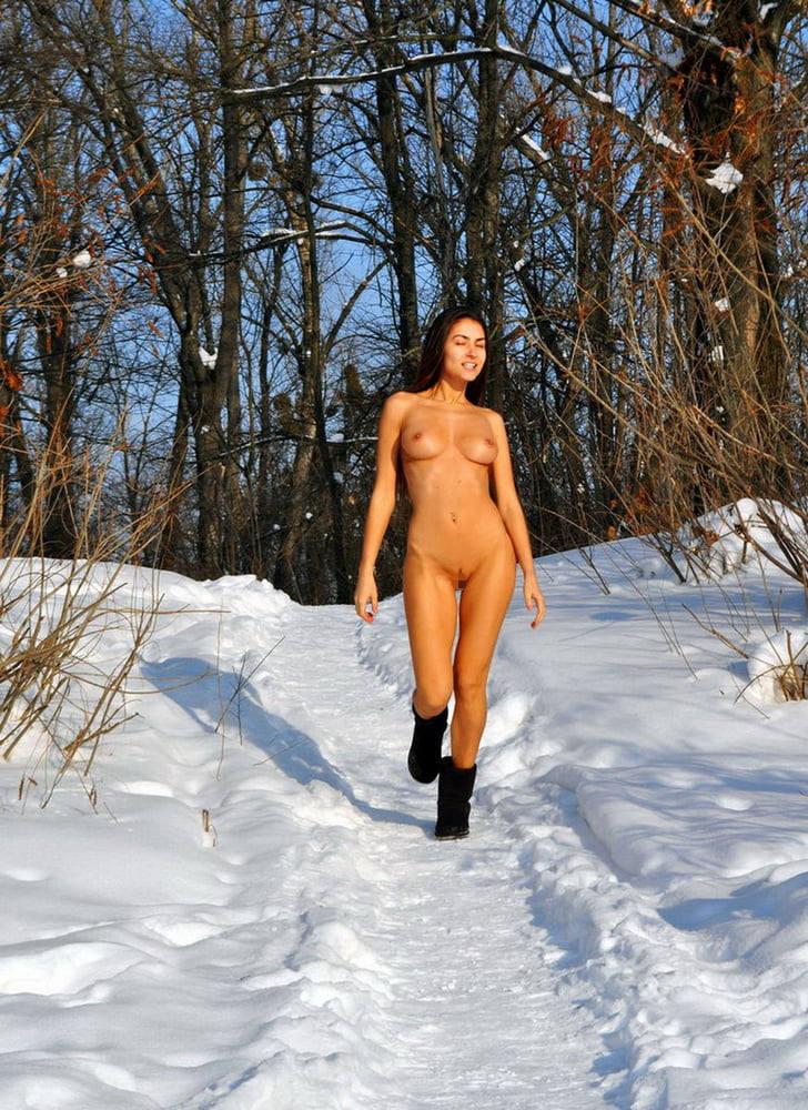 これヤバいだろ!!雪の中で全裸ヌード見せちゃうポルノ外国人エロ画像www 38 34