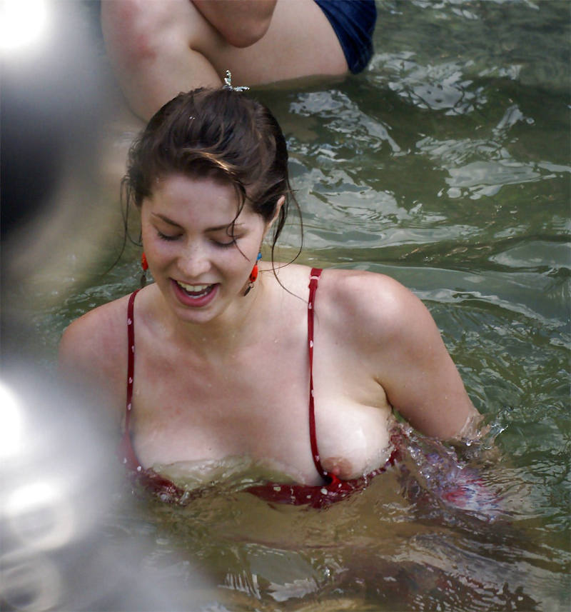 世界のポルノ画像!水着美女が胸の谷間ヤバすぎて勃起回避不能wwwwwwwwww 42 32