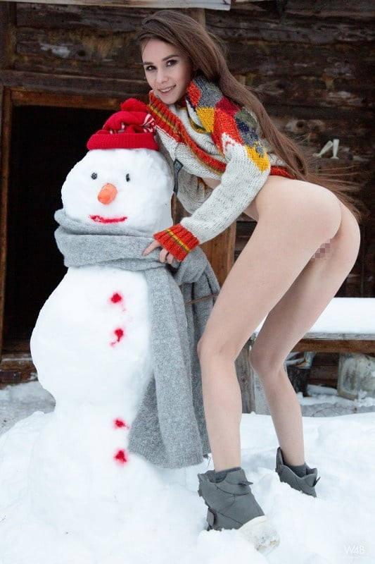 これヤバいだろ!!雪の中で全裸ヌード見せちゃうポルノ外国人エロ画像www 43 37
