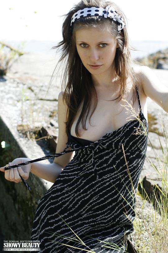 ※ロシアの綺麗系美女がお外で全裸美乳オッパイ●だししちゃう外人エロ画像wwwwwwwww 1 446