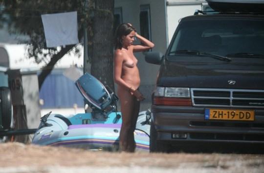 ※盗撮ものwキターーーー※家族で全裸で海に来てる所を隠してとったどwwwwwwwwwww 12 152