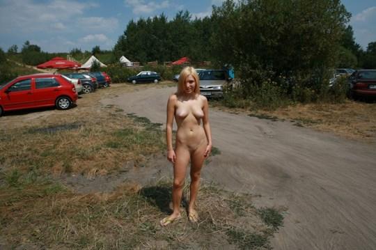 ♦これどうよww挑発的な金髪オッパイ美女が野外で全裸ヌード見してるぞwwwww 15 274