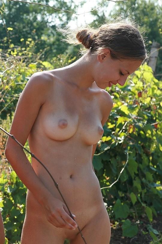 ※速報---❖裸族発見??むっちゃカワイ子ちゃん二人組が全裸で生活してっぞwwwwwww 16 152