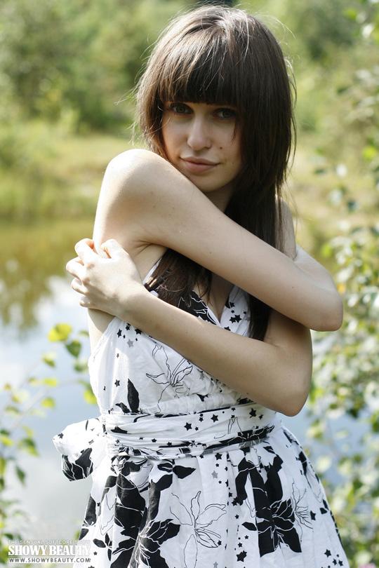 ※ロシアの綺麗系美女がお外で全裸美乳オッパイ●だししちゃう外人エロ画像wwwwwwwww 16 311