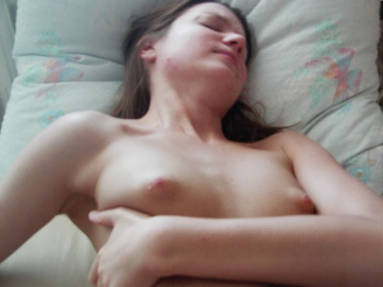 ♦クロエの寝起きをとってみたぞwwスレンダーで可愛い外国人のエロ画像wwwwwwwwww 19 115