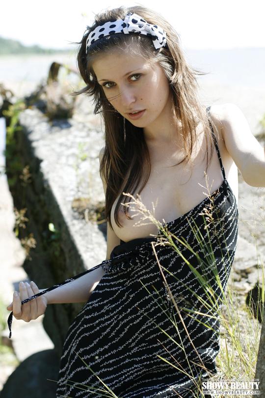 ※ロシアの綺麗系美女がお外で全裸美乳オッパイ●だししちゃう外人エロ画像wwwwwwwww 2 445