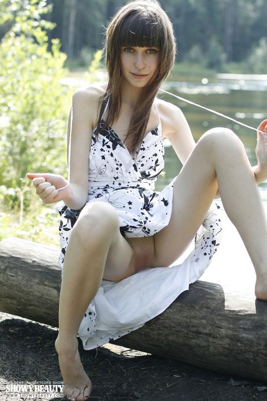 ※ロシアの綺麗系美女がお外で全裸美乳オッパイ●だししちゃう外人エロ画像wwwwwwwww 20 237